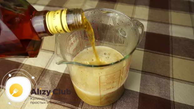 В остывший сливочный сироп вливаем 250-300 мл хорошего коньяка или виски