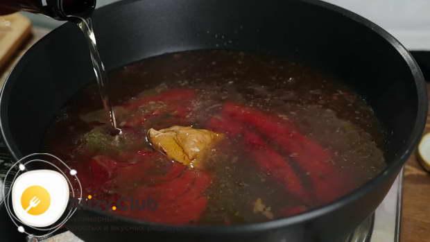 Оставшийся говяжий сок без жира вылейте в сковороду