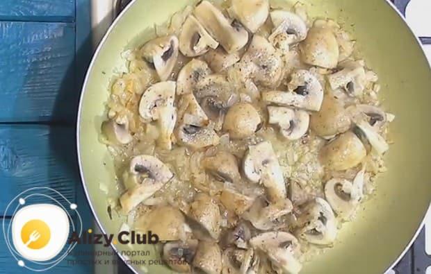 Выкладываем нарезанные грибы на сковороду к луку, солим и перчим.