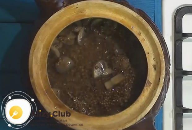 Перекладываем содержимое сковороды с керамический горшочек.