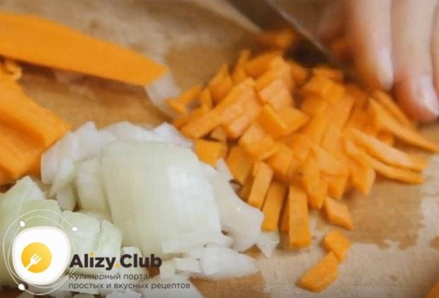 Нарезаем или трем на терке также морковку.