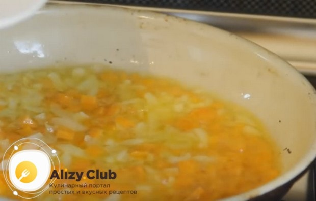 Пассеруем на сковороду с растительным маслом морковь и лук.