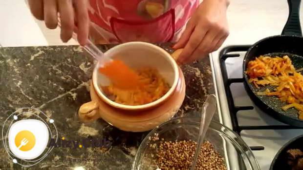 Укладываем половину подготовленных овощей и разравниваем