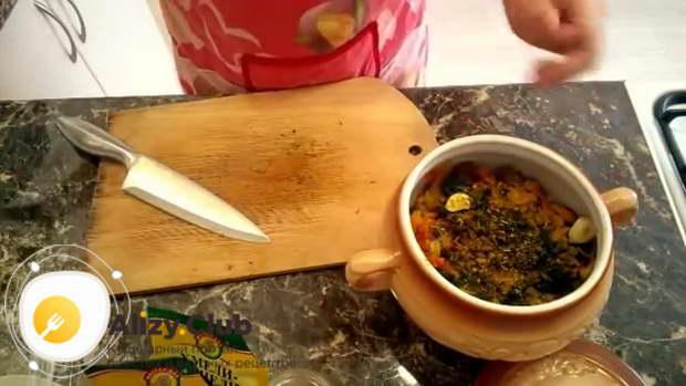 Очищаем 3 зубчика чеснока, раздавливаем их ножом и кладем в горшочек