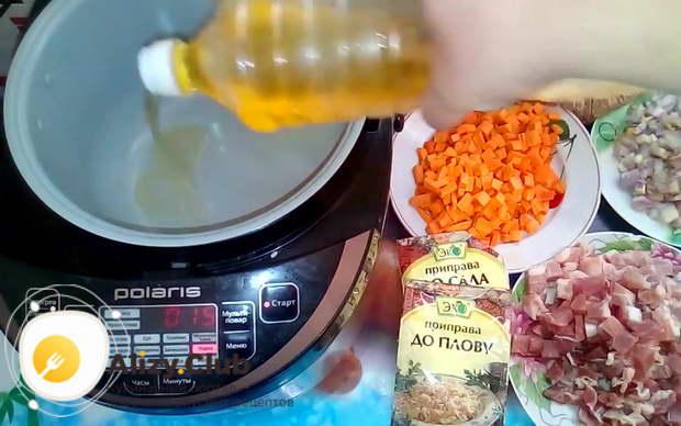 Наливаем в чашу мультиварки 1 ч. л. растительного масла и включаем режим Жарка