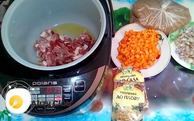 кладем в нее измельченное мясо и обжариваем в течение 10-15 минут