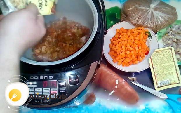 Во время жарки его необходимо пару раз посыпать приправами для приготовления плова и смесью трав для приготовления сала