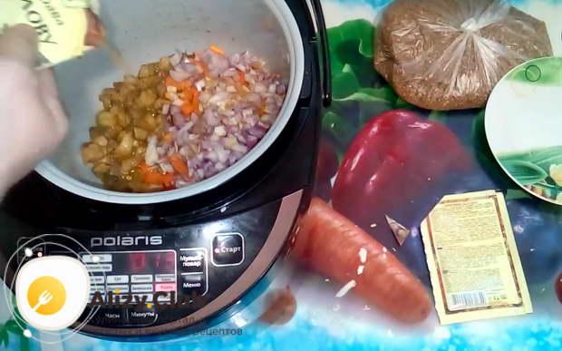 посыпаем гречку с мясом 1/2 ч. л. каждой приправы
