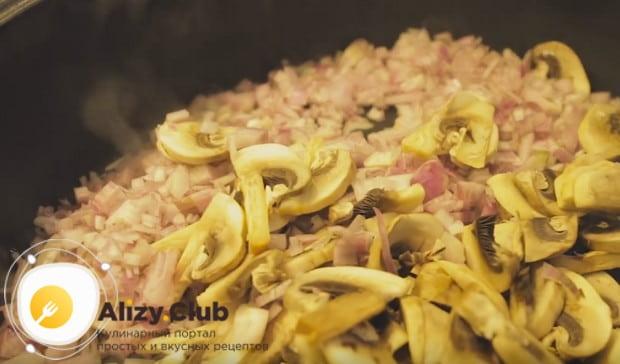 На сковороду выкладываем измельченный лук и нарезанные слайсами шампиньоны.