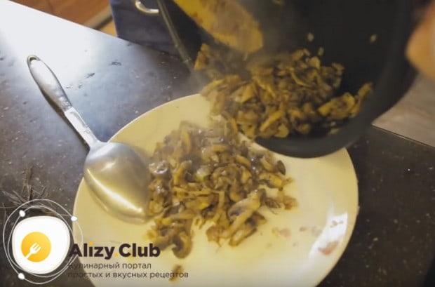 На время перекладываем грибы с луком со сковороды в отдельную тарелку.