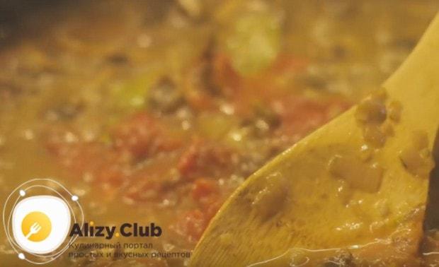 Добавляем на сковороду консервированные в собственном соку помидоры.