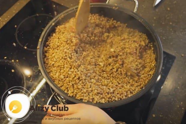 Немного недоваренную гречку откидываем на дуршлаг и перекладываем в сковороду, перемешав.