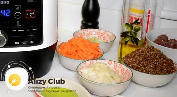 Очистите и порежьте соломкой 2 морковки