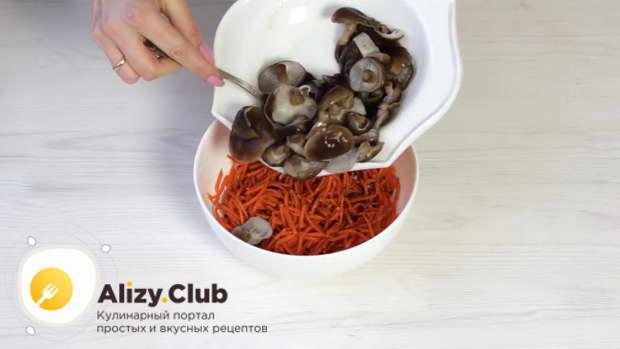 Добавляем подготовленные грибы