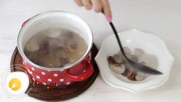 С помощью шумовки вынимает грибы в миску и полностью их охлаждаем
