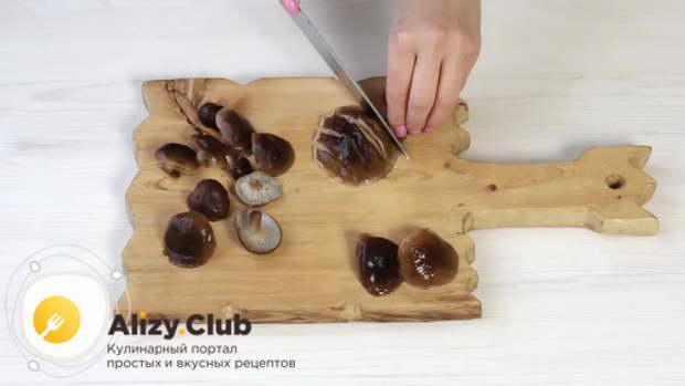 Охлажденные грибы нарезаем на небольшие кусочки