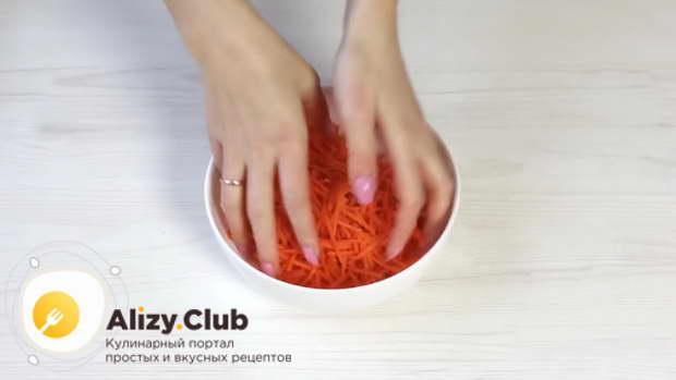 Слегка мнем морковь руками