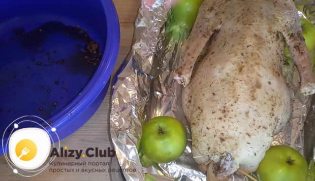Обложите гуся кислыми яблоками