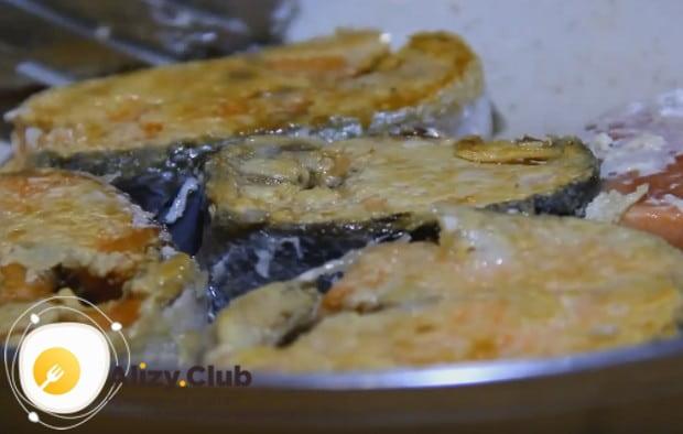 Запанировав кусочки рыбы в муке, обжариваем их на сковороде до золотистости.