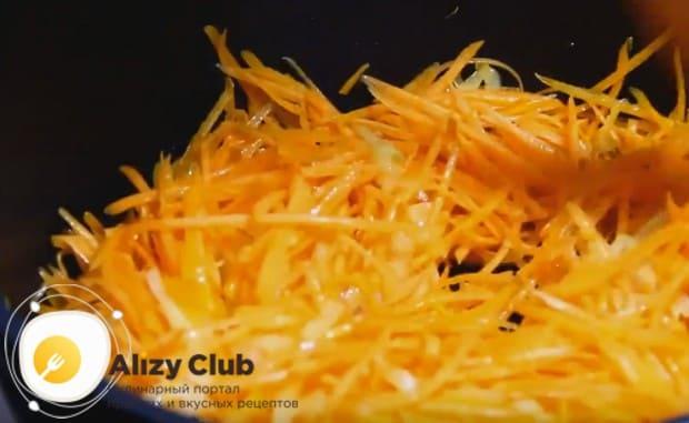 До мягкости обжариваем н сковороде с растительным маслом лук и добавляем морковку.
