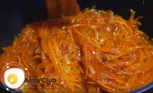 Теперь добавляем томатную пасту, перец горошком, соль и лавровый лист.