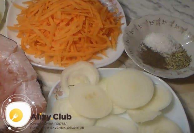 Натираем морковку и тонкими кольцами режем лук. а также картофель.
