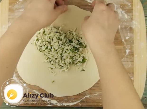 Для приготовления хычин, выложите начинку на тесто