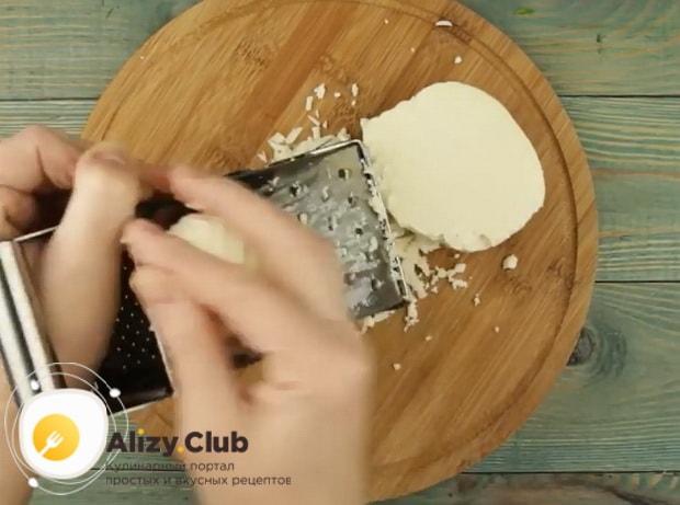 Для приготовления хычин, натрите сыр