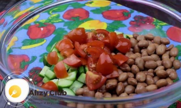 Нарезаем также помидор и добавляем к остальным компонентам.