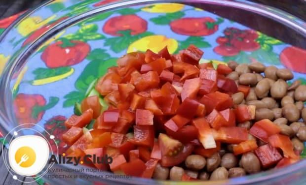 Кубиком режем болгарский перец.