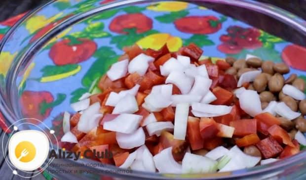 Измельчаем лук и добавляем в салат.