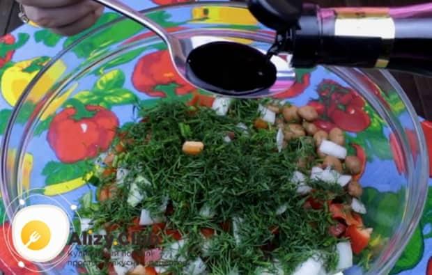 Заправляем салат бальзамическим уксусом и оливковым маслом.