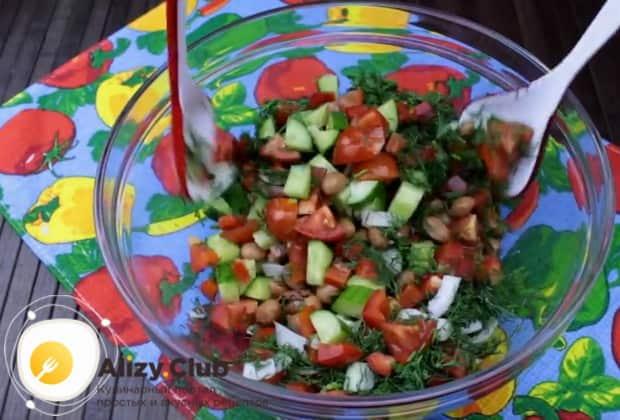 По такому рецепту можно также приготовить салат с красной фасолью и сухариками.