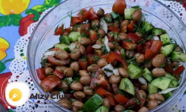 Интересный и вкусный салат готов!