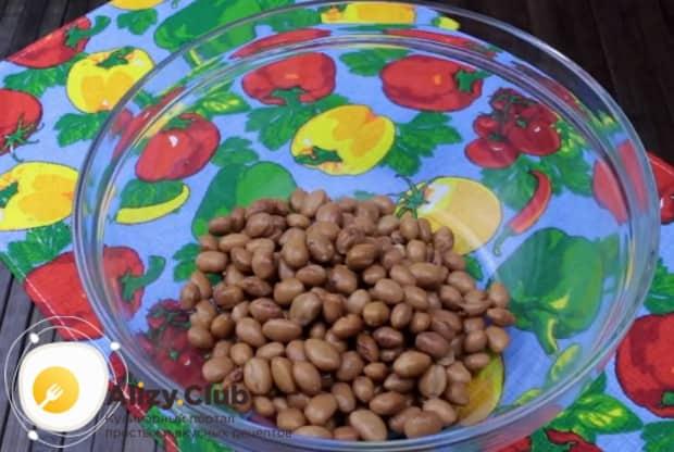 Выкладываем в миску консервированную красную фасолью.