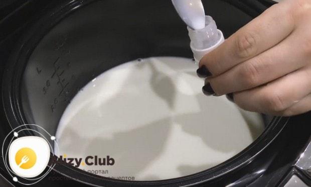 Теплым молоком разводим закваску, хорошенько ее встряхивая.