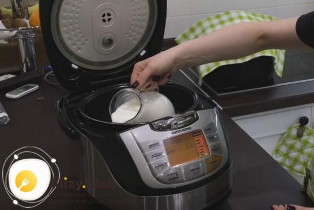 Наливаем в чашу мультиварки молоко.