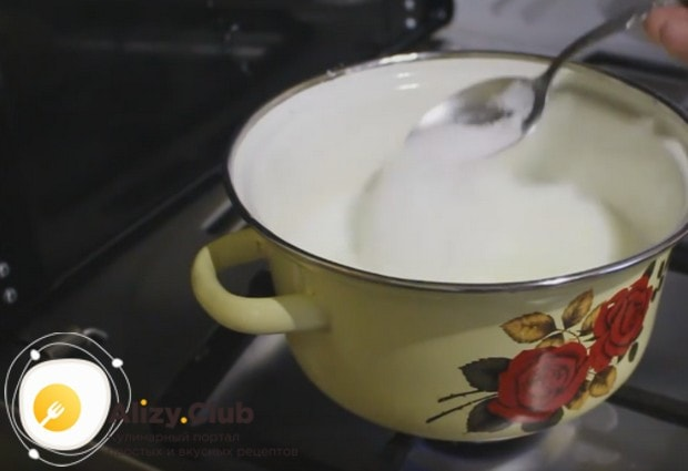Кипятим молоко и добавляем в него ванилин и сахар.
