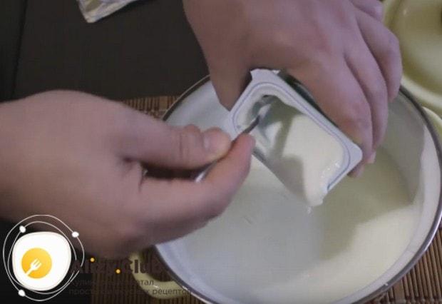 В остывшее молоко добавляем магазинный йогурт.