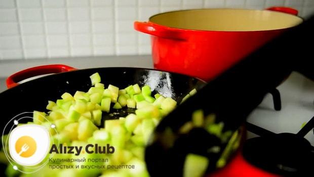 По рецепту для приготовления кабачковой икры, обжарьте кабачки