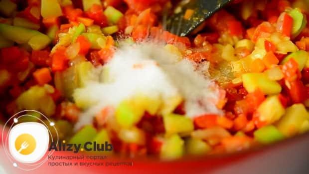 По рецепту для приготовления кабачковой икры, соедините овощи