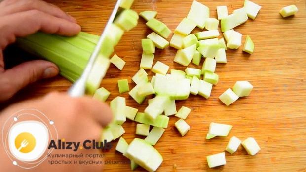 По рецепту для приготовления кабачковой икры, нарежьте кабачки