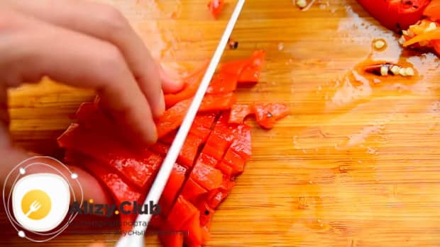 По рецепту для приготовления кабачковой икры, нарежьте перец