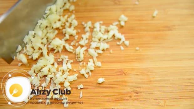 По рецепту для приготовления кабачковой икры, нарежьте лук