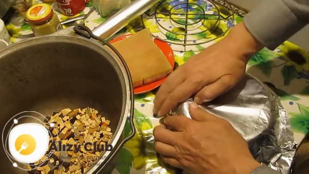 Перед тем как коптить сало накройте миску фольгой