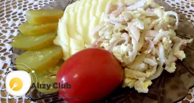 Как подавать кальмары жареные с луком и яйцом