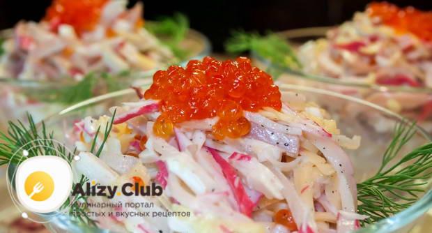 Как праильно подать салат с кальмарами и крабовыми палочками