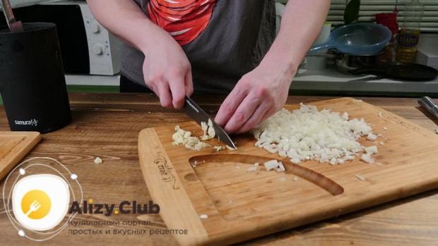 По рецепту для приготовления чисбургера в домашних условиях. нарежьте чеснок