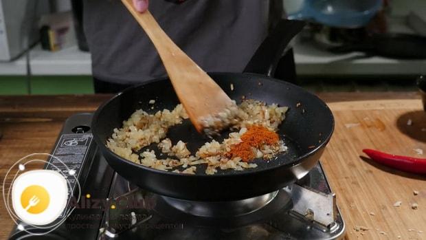 По рецепту для приготовления чисбургера в домашних условиях. обжарьте лук