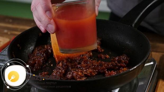 По рецепту для приготовления чисбургера в домашних условиях. приготовьте соус